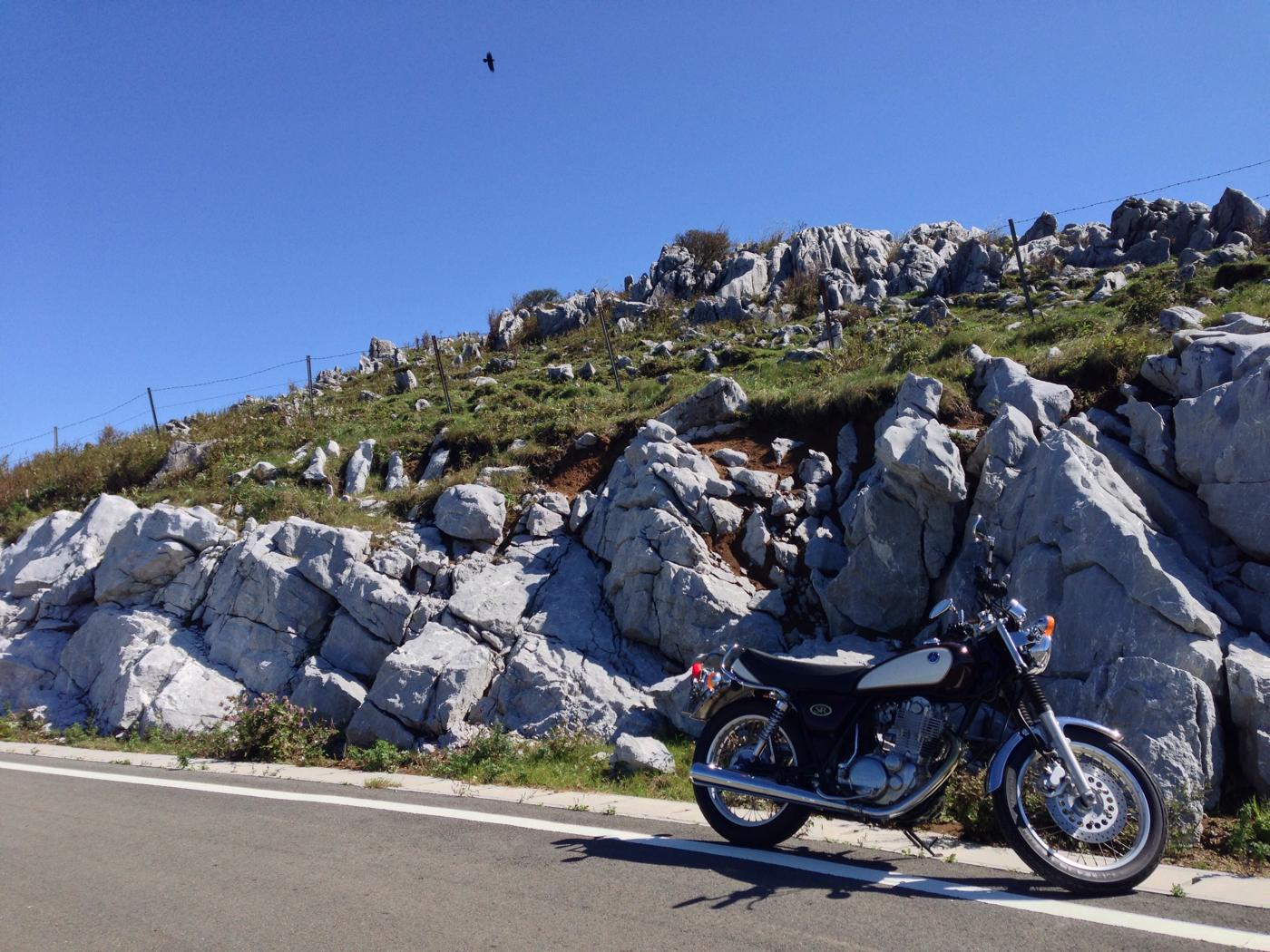 バイクと四国カルストの写真