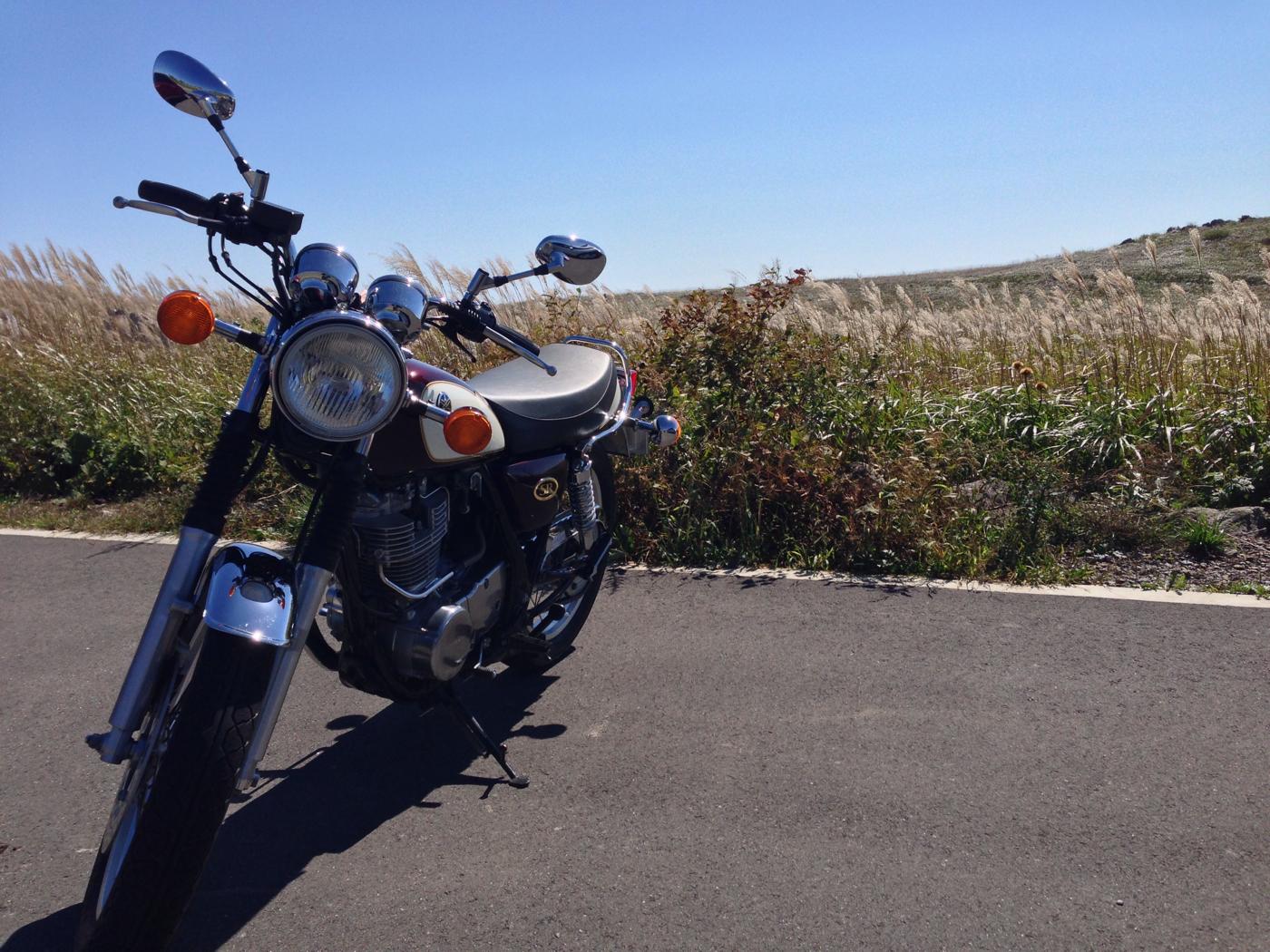 バイクと四国カルストの写真の大草原の写真
