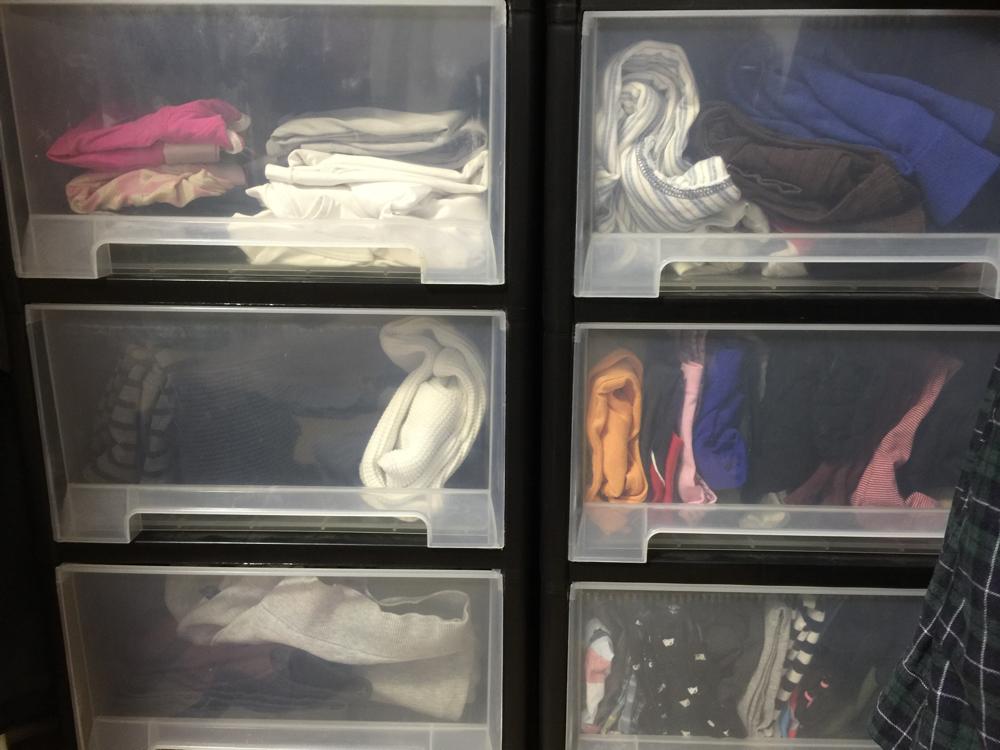 衣服の入った三段ボックスの写真