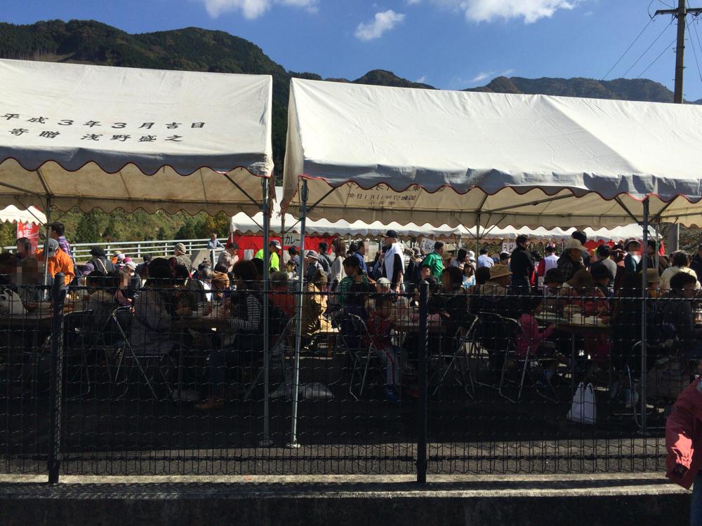 祭り会場の人混みの様子