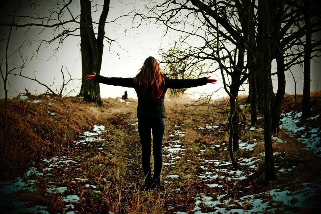 林の中で深呼吸する女性