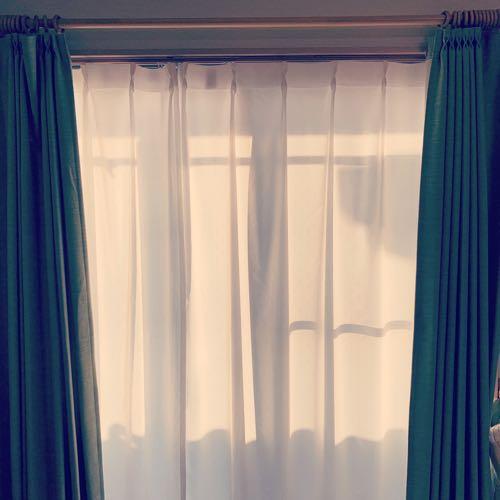 カーテンから漏れる朝日の光