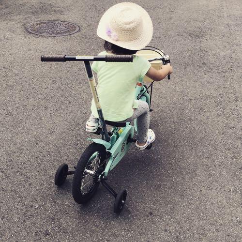 自転車に乗る4歳児