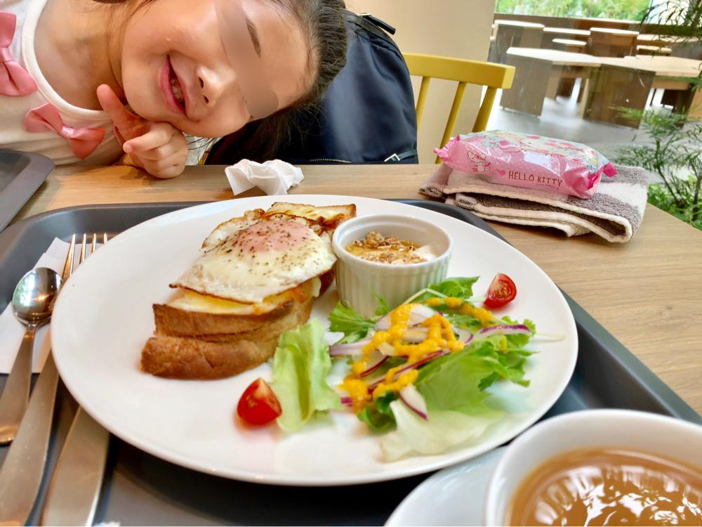 パンに喜ぶ女の子