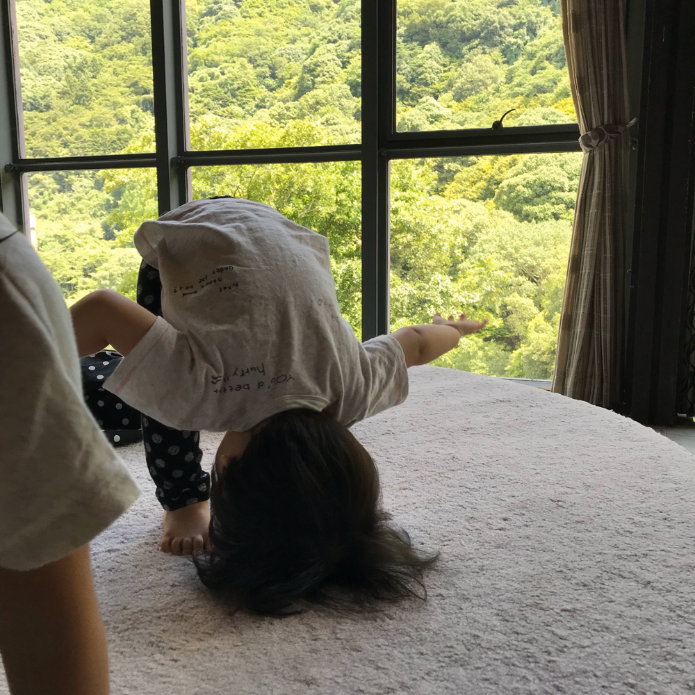 体操をする子ども