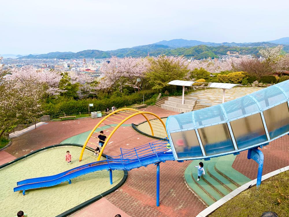 松山総合公園のちびっこ広場のすべり台