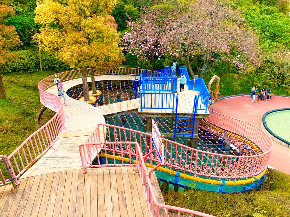 松山総合公園のちびっこ広場のアスレチック遊具