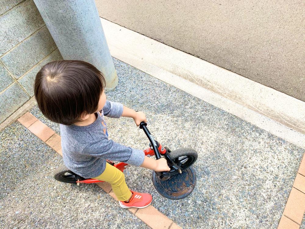 ランニングバイクで遊ぶ男の子