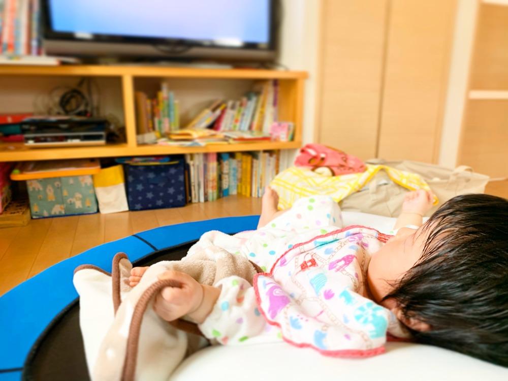 テレビを観る赤ちゃん