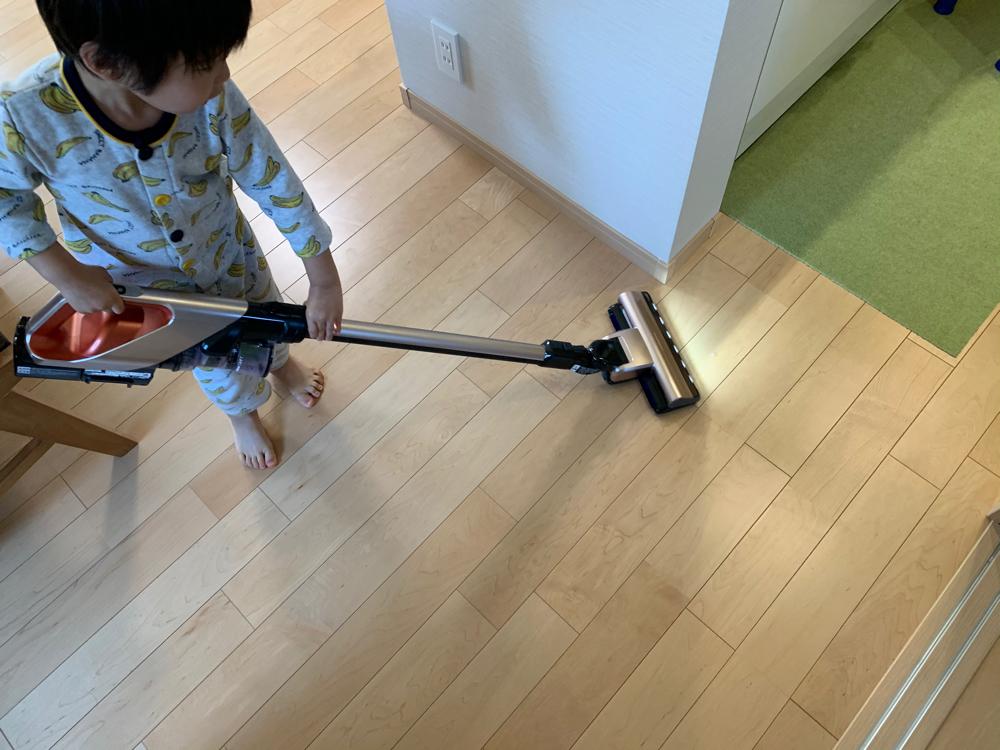 掃除機で掃除する子ども