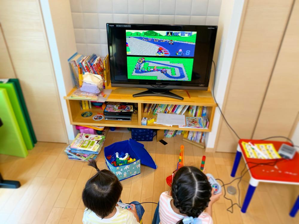 テレビゲームをする姉弟