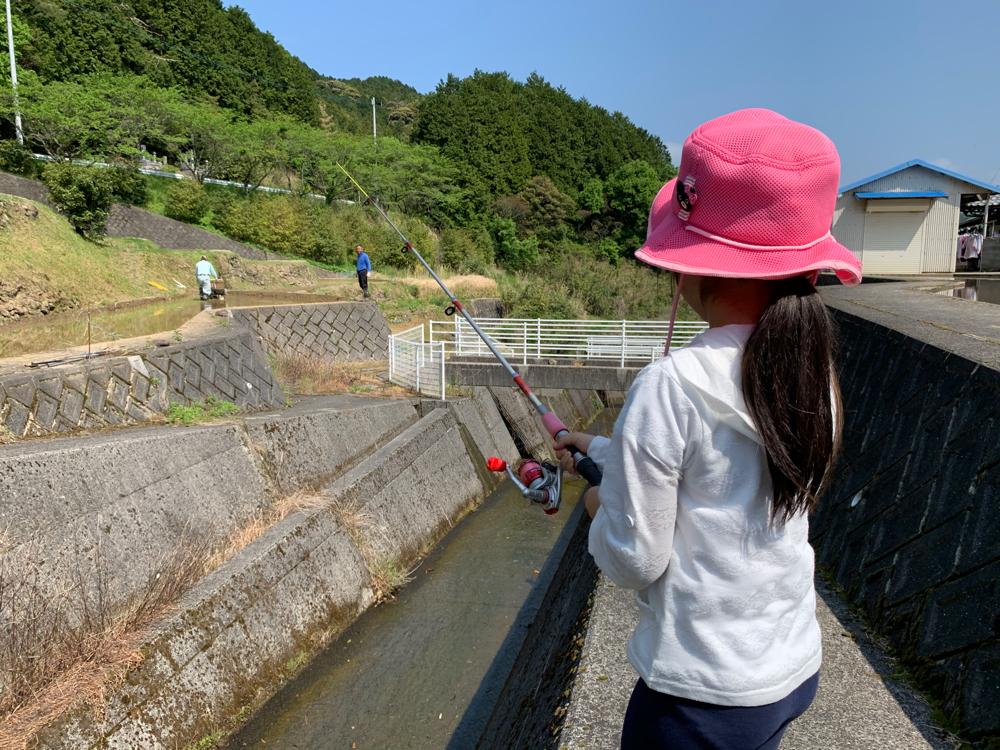 釣りをする女の子