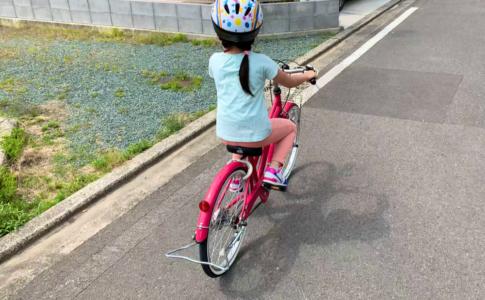 自転車で走る子ども