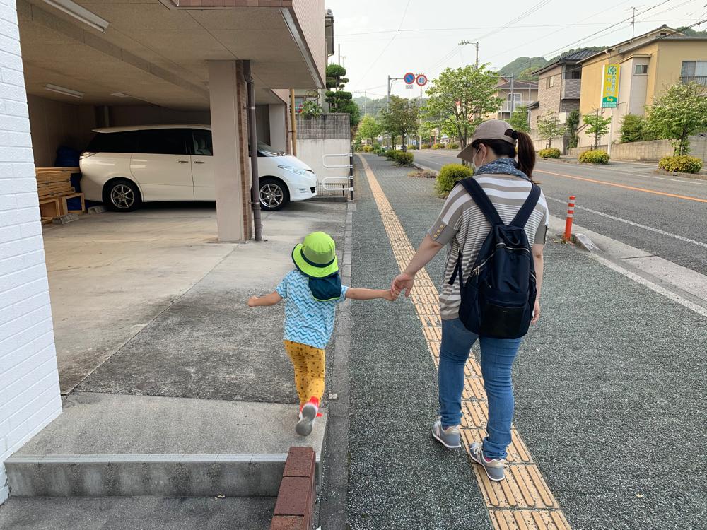 お母さんとお散歩する子ども